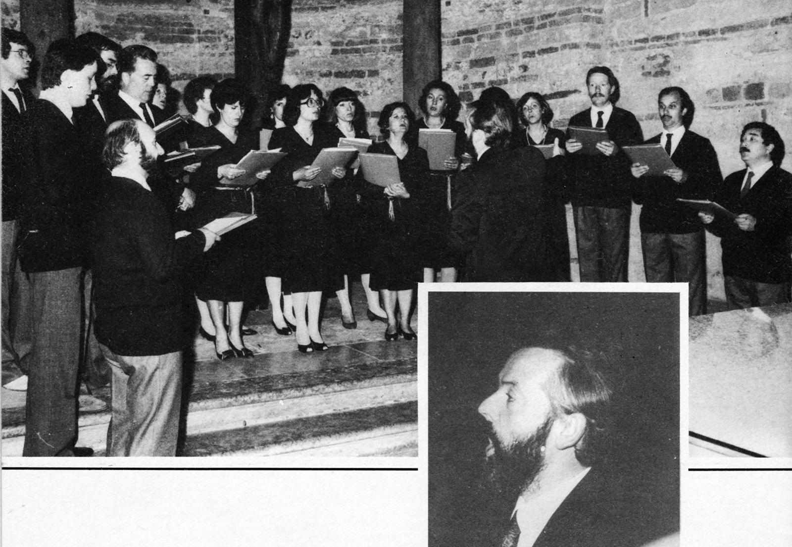 """Una delle prime immagini del Coro """"Marc'Antonio Ingegneri"""" nella chiesa inferiore di San Fermo a Verona. Nel riquadro il maestro Arnaldo Petterlini."""